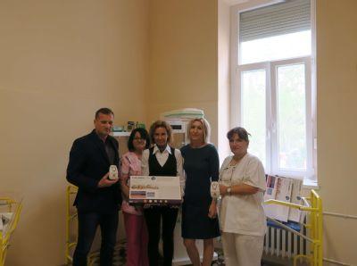 Nemocnica Komárno prevzala desať monitorov dychu od darcu, ktorý podporuje slovenské nemocnice