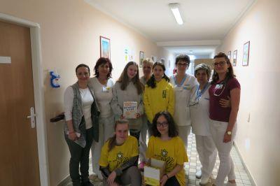 Žiaci narcismi potešili pacientov v Nemocnici Komárno