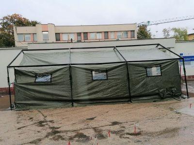 Nemocnica AGEL Komárno posilnila triáž pri vstupe do nemocnice. Zdravotníkom pomáhajú aj príslušníci Armády SR