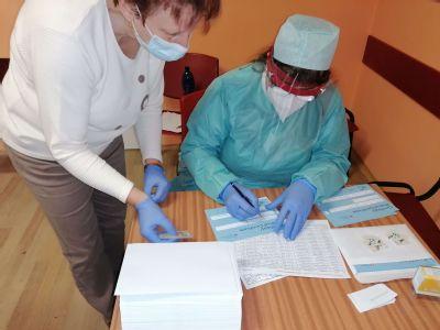 V komárňanskej nemocnici otestovali počas  víkendu 1900 ľudí. Výborná organizácia, únava, ale ochota a profesionálny prístup  zdravotníkov