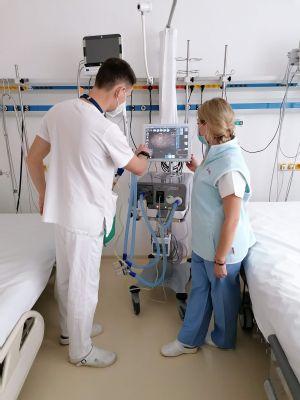 Umelá pľúcna ventilácia dáva pacientom možnosť zvládnuť kritické obdobie ochorenia COVID-19 a šancu vrátiť sa do bežného života