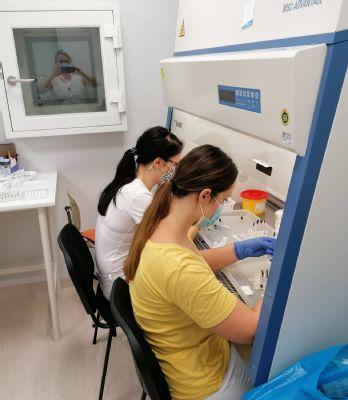 Komárňanská nemocničná lekáreň vyučuje päticu nádejných farmaceutov. Prax je prínosom pre študentov aj pre farmaceutov